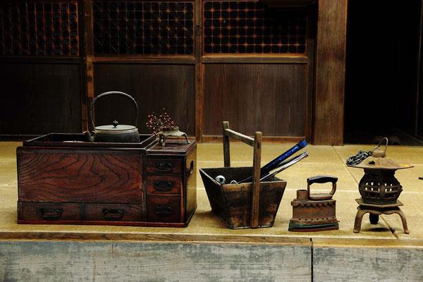 左より長火鉢、炭入れ箱、炭火アイロン、釣り灯籠