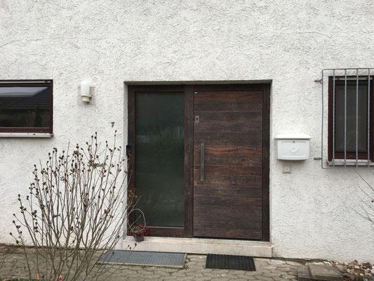 Pieno Hauseingangstür mit Fingerprint und Altholzverkleidung