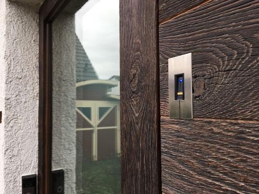 Pieno Haustür mit Fingerprint und Altholzverkleidung