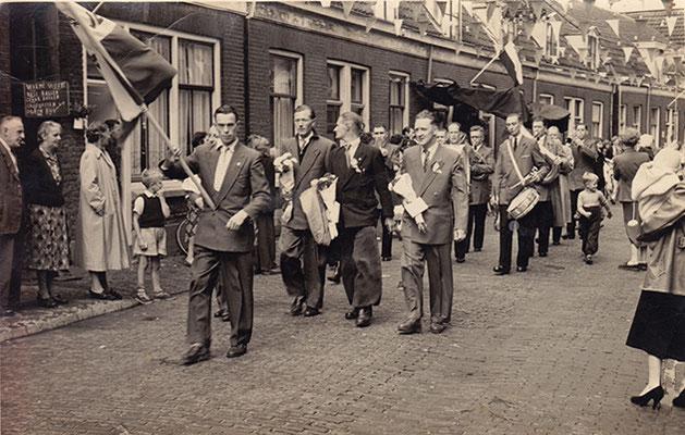_03_  Cies van Zanten, Bertus Vermeulen, Wessel Hansen, Kees Bus. Links op foto: warme worst, nasi ballen, gehak ballen, croquetten, op (consumptie)bon