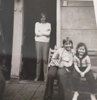 Agnes vd Berg met dochter Hannie en buurmeisje Ellen Goes