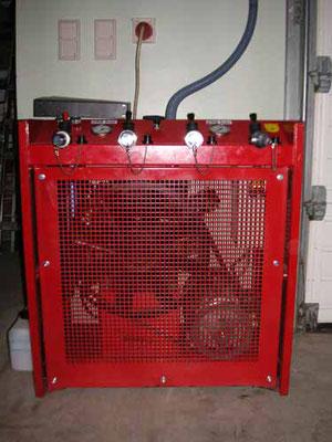 … Das gebrauchte Gerät wurde generalüberholt und im März 2007 in Betrieb genommen. Somit können Atemluftflaschen unabhängig vom Atemluftfahrzeug des Bezirks befüllt werden.