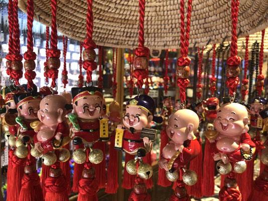 chinesische Glücksgötter an Schnüren