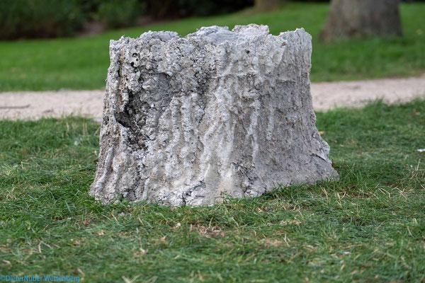 Der aus Beton gegossene Zwilling vom Original Baumstamm