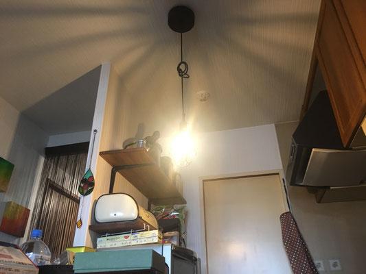 照明交換。照明の明かりから、天井にできる影がとても素敵です。