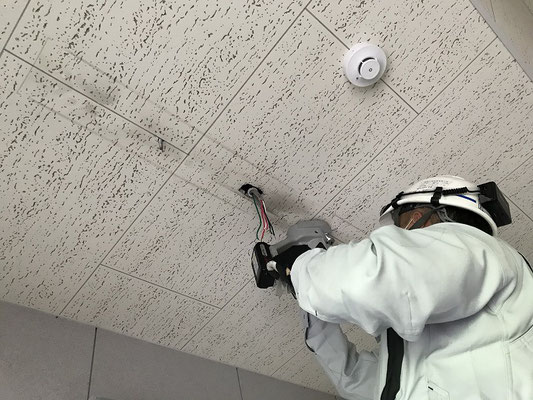 非常照明交換工事 作業中 電気設備・消防設備工事会社 新潟市のエフ・ピーアイ