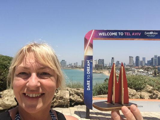 Israel, Tel Aviv-Jaffa: Zum ersten Mal (nach Wien, Stockholm, Kiew, Lissabon) hat Silke nicht vergessen, das Dömchen mit zum Eurovision Song Contest zu nehmen. (Silke)