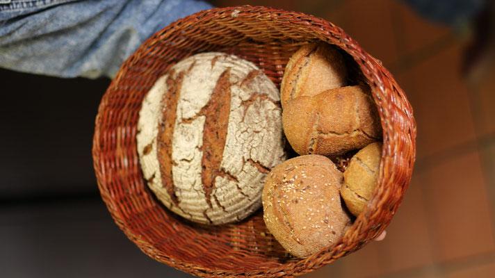 fertige Brote und Brötchen die im Backkurs entstanden sind