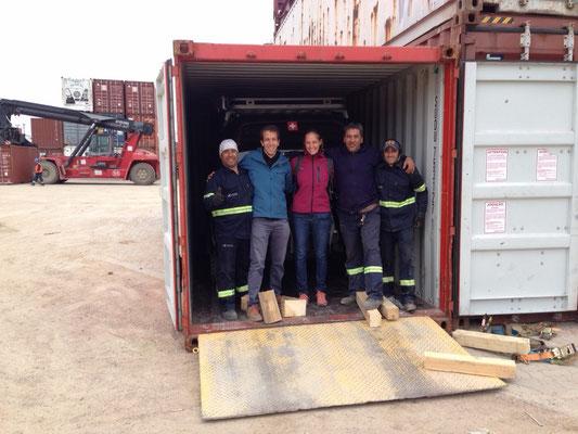 Wir mit der Crew vom Hafen, welche Baghira festgezurrt hat.