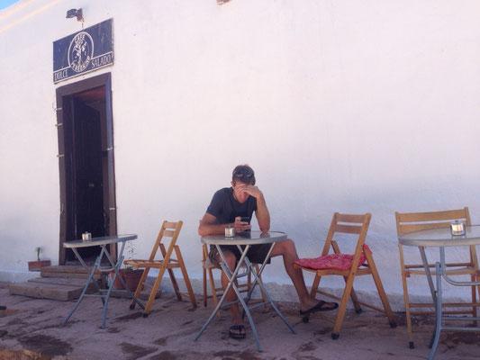Lukas wartet auf seinen Cappuccino.