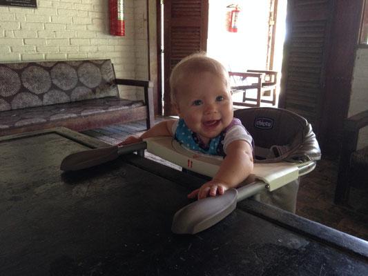 Simea geniesst es, am Tisch zu sitzen... :-)