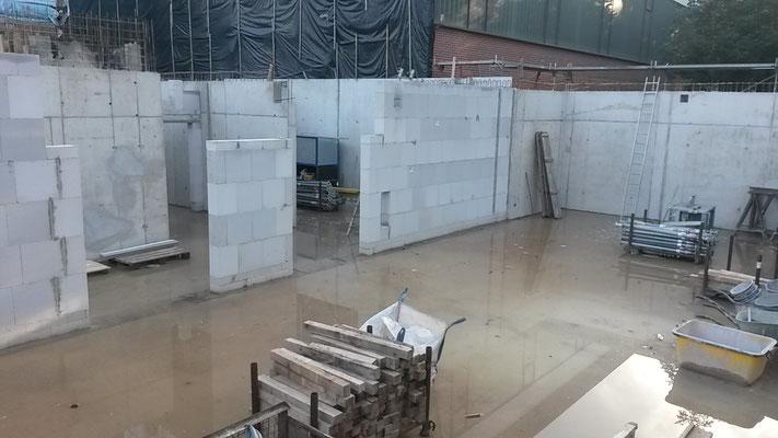 Die ersten Mauern stehen schon. Hier kann man den Werkraum erkennen. (19.06.2016)