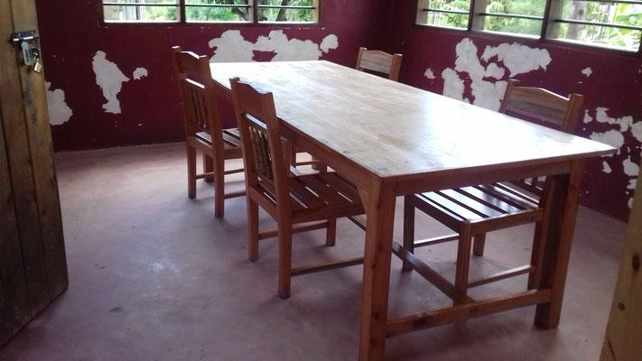 neuer Tisch samt Stühle im Lehrerzimmer