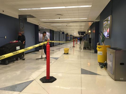 閑散としたシカゴ空港。掃除がはじまりました。