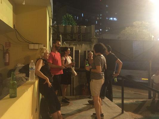 Feierabendbier vorm Theater in Rio