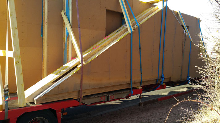 Déchargement des murs finis du camion.