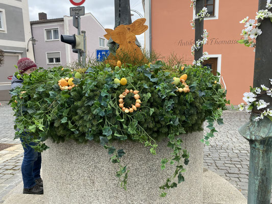 Der Osterhase bewacht den Osterbrunne