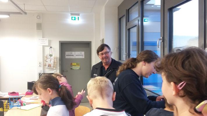 Herr Bartscher und Frau Zelesnik in der 3d während des Unterrichts!