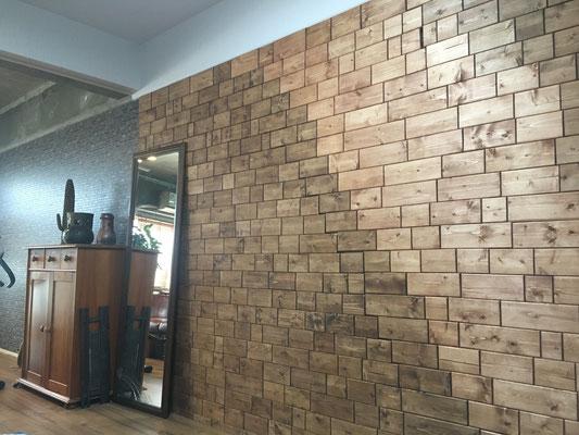 フローリング工事。この壁は奥様のDIYによるもの。木質の素材感か素敵です。