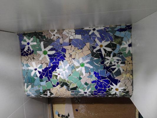 Sitzbank in der Dusche, Mosaik Roswitha Farnsworth (noch nicht verfugt)