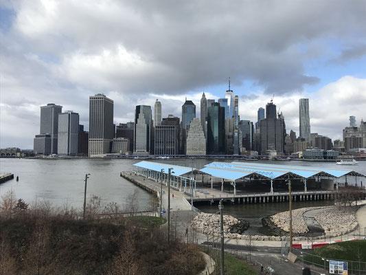 ブルックリンからのぞむマンハッタンの超高層ビル群。