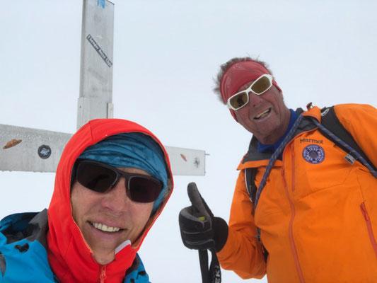 Tags darauf kämpfen wir uns durch knietiefen Schnee bis auf den Grat, erst kurz vor dem Gipfel erleichtert eine gut ausgetretene Spur das Vorwärts kommen