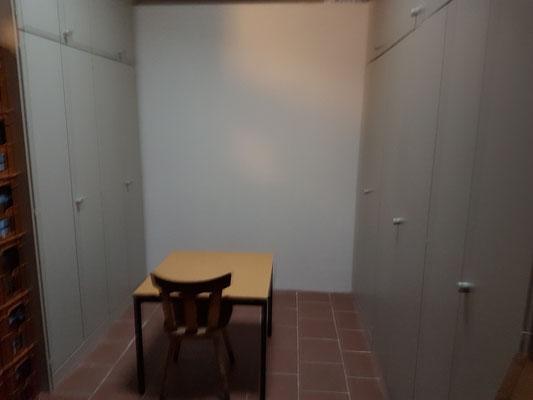 Trikotraum mit neuer Wand und den neuen Schränken