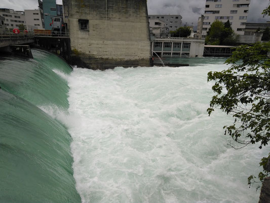 Überlauf EW Thun, ca 1 Tiefenmeter Wasserabfluss