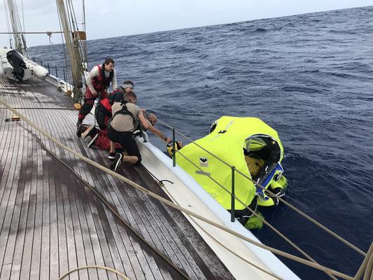"""Die Elena of London war zum Glück gerade in der Nähe und ist die 15 Meilen zu meiner Position gekommen. Über die Rettungsinsel bin ich dann """"umgestiegen"""" und am 19.12. dann auf Antigua angekommen."""