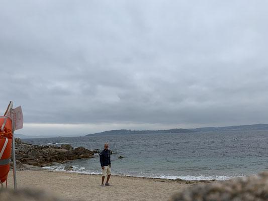 Das Wetter ist leider immer noch wenig sommerlich .. 17 Grad und bedeckt ... der Strand ist leer ...
