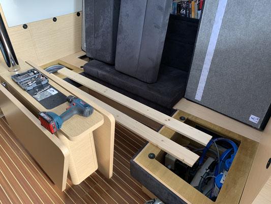 .... wenn man hier ein Bett hat ... mit zwei Brettern, die bei Bedarf mit Schrauben an der Grundkonstruktion der Salonbank verschraubt werden können ...