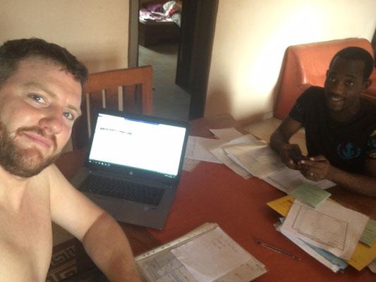 Christian und Serge bei der Abrechnung der Projekte in großer Hitze…