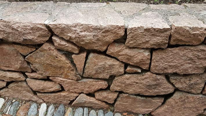 Mauer aus Gronophyr aus der Region