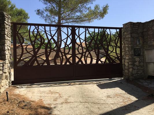 Installation d'un portail sur mesure avec dessin végétal découpé au laser thermolaquage noir à nimes dans le gard