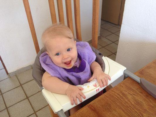 Simea am Brei essen - Danke Gotti Rahel für das super Sitzli!