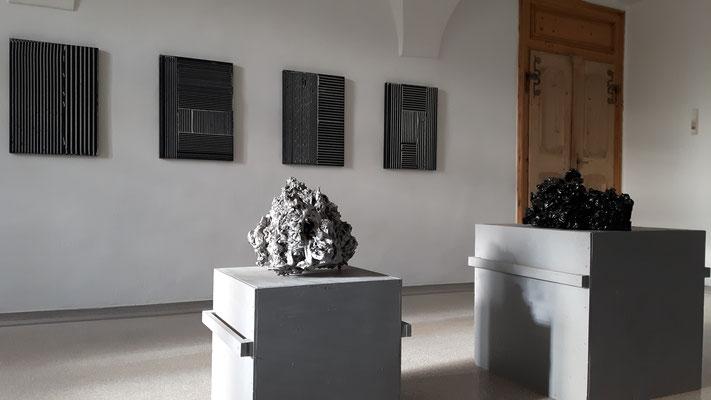 Einblick in die Ausstellung 'Zwischen Bild und Skulptur' im Schloss Ebenau, 2017 ©Galerie Walker