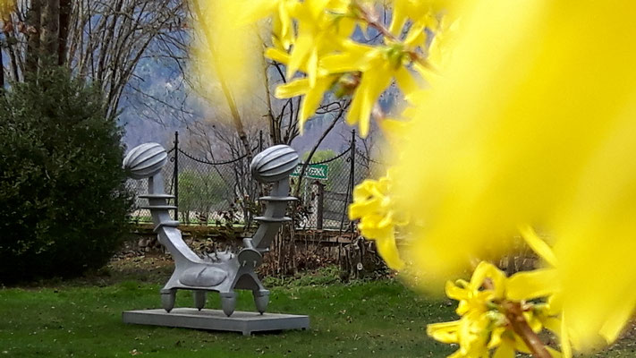 Bruno Gironcoli im Schlosspark Ebenau, Bruno Gironcoli, Ein Körper zwei Seelen, Aluguss, 2001 ©Galerie Walker