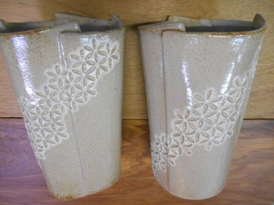 ヒビの入った「大花瓶」想定外の還元焼成で釉が濃いので吹付けた白化粧泥は全く意味なし。中に筒状のものを入れれば使えなくはなさそう。