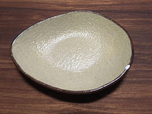 ビックリシリーズの黒。1~2mmのフチ欠け。とんすい鉢とは原因が異なる。どう仕上がるか試しにやってみる。とんすい鉢もこの位きっちりカバーできていればよかった。
