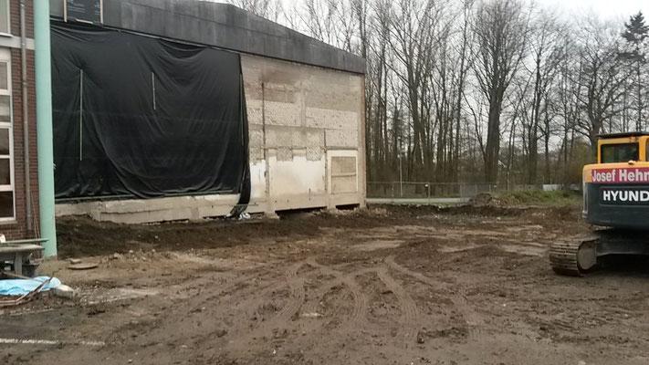 Das Elesegebäude ist verschwunden und die Außenwand der Turnhalle ist freigelegt. (18.12.2015)
