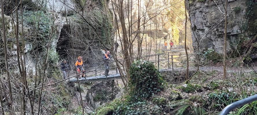 Abzug der Gladiatoren von unter der Autobahnbrücke hoch zur Feuerwehr Feuerstelle