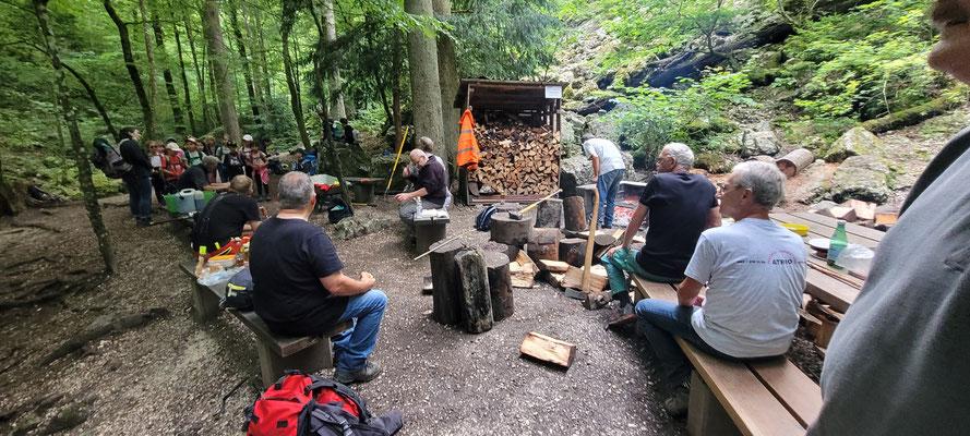 Die umherstehenden Holzstämme wurden allesamt gehakt und verstaut.