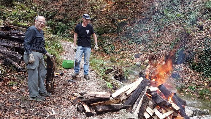Die beiden Brandmeister Andy und Fritz sahen nicht nur wie Rauchwürstli aus, sondern rochen auch so ;-((