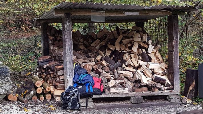 Aktuell noch chaotisch der Holzunterstand