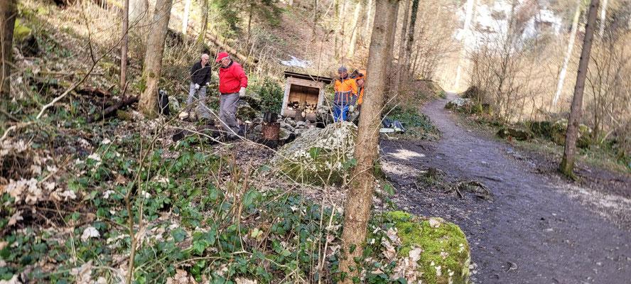 Entfernen der Holzrugeli welche immer wieder in den Bach geworfen werden, resp. zu Brennholz verarbeiten