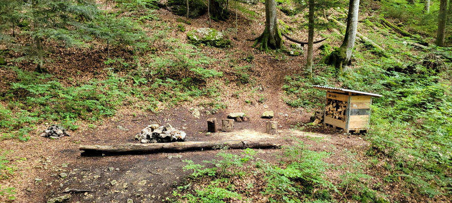 Sauber aufgeräumt und gefüllte Holzhütte in der oberen Schlucht
