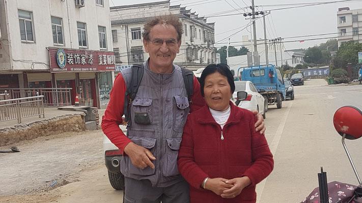 Une demande dans la rue pour une photo avec un étranger