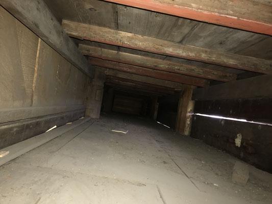 内陣の下の隠れたスペース(朱塗の木材)