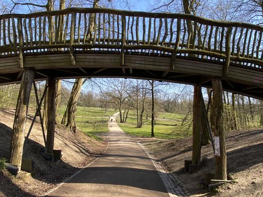 Bild: Weg unter der Holzbrücke