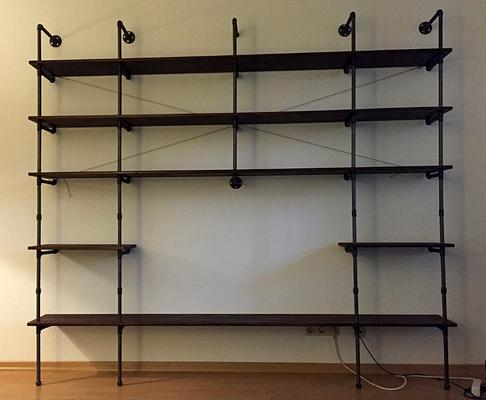 Industrial Pipe Wohnzimmerregal mit TV-Stand. Die Holzböden sind gebohrt und liegen hinten auf einem Winkel Nr. 90 auf | (c) T. Scharf